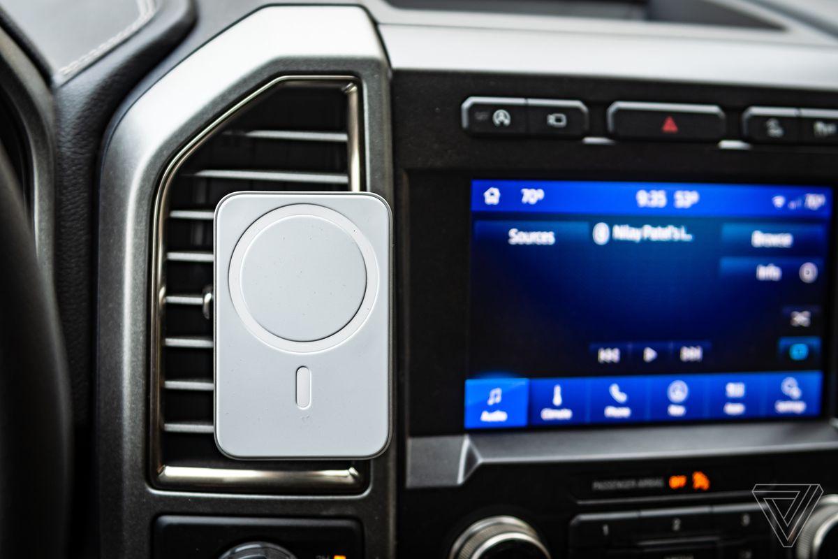 Belkin Car Vent Mount Pro cu Magsafe într-un Ford F-150