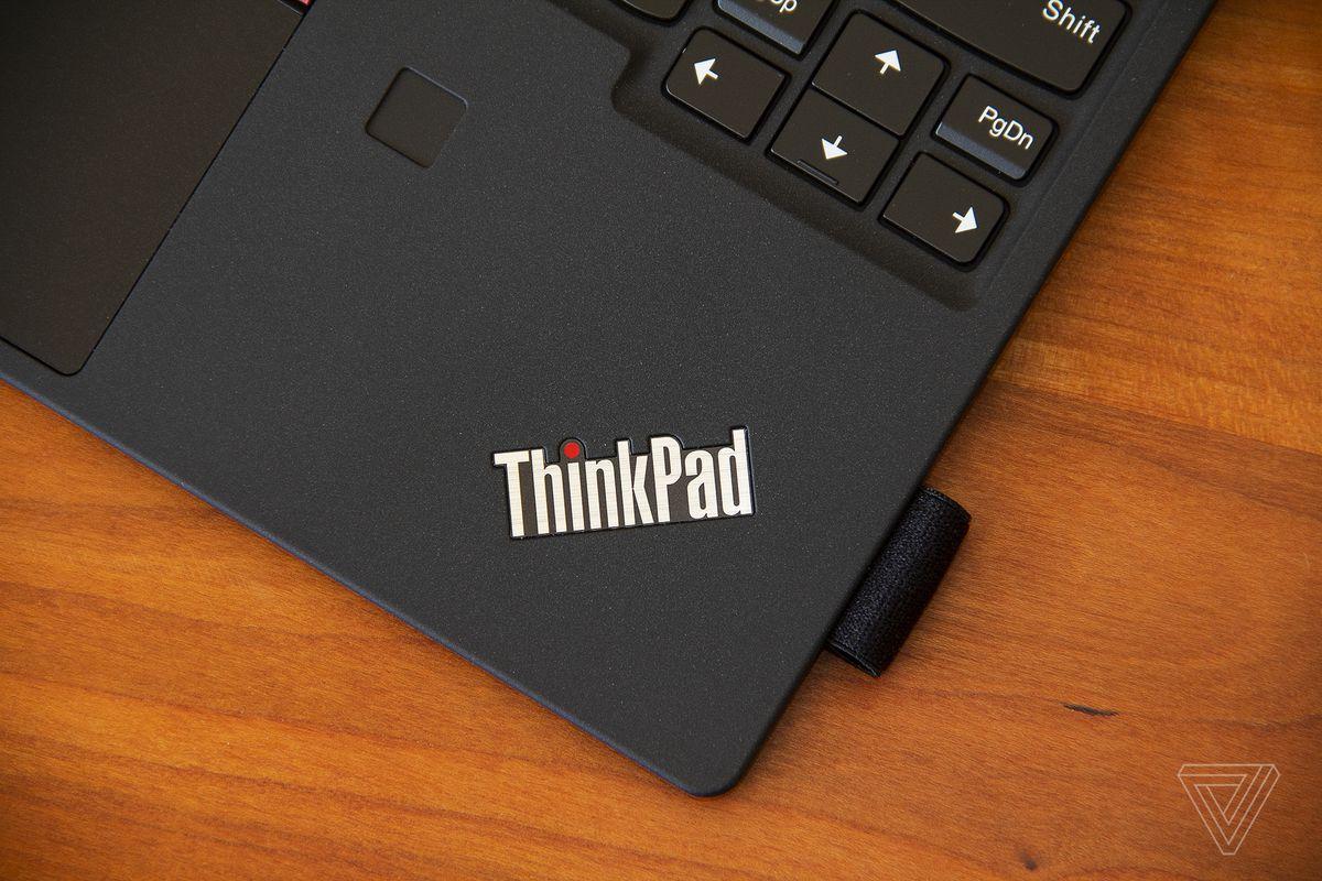 Logo-ul ThinkPad din colțul din dreapta jos al tabloului de tastatură detașabil ThinkPad X12.