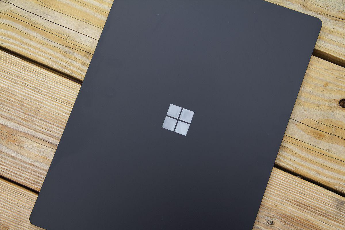 Laptopul Surface 4 capac de 15 inci de sus.