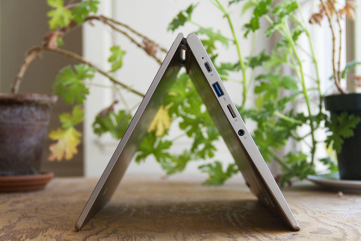 Lenovo Ideapad Flex 3 în modul cort, văzut din partea stângă, cu două plante de apartament în fundal.