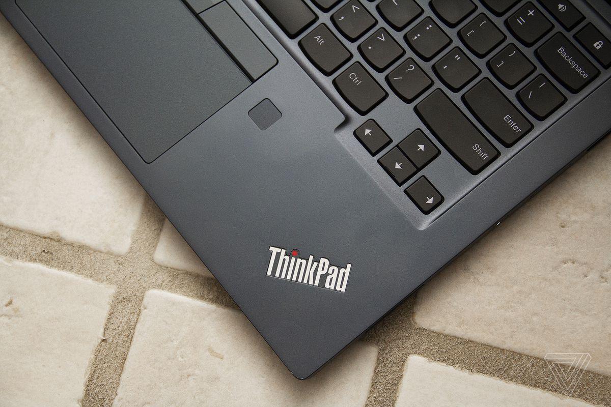 Sigla Thinkpad din colțul din dreapta jos al Chromebookului C13 Yoga.