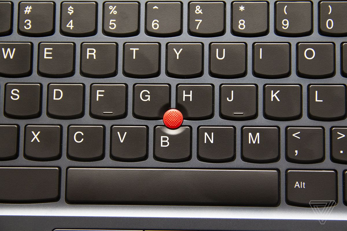 TrackPoint-ul din centrul tastaturii Lenovo ThinkPad C13 Yoga Chromebook.