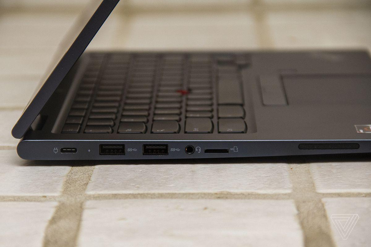 Partea stângă a Chromebookului Lenovo ThinkPad C13 Yoga.