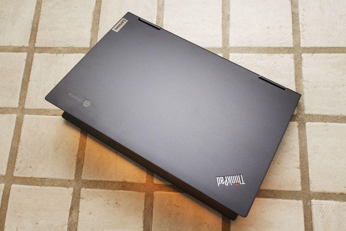 Chromebookul Lenovo ThinkPad C13 Yoga văzut de sus pe jumătate deschis.