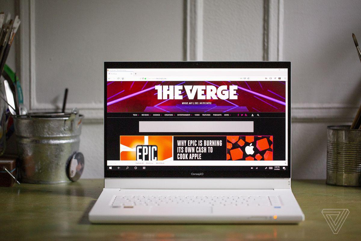 Acer ConceptD 7 Ezel văzut din față pe un birou.  Ecranul afișează pagina de pornire The Verge.