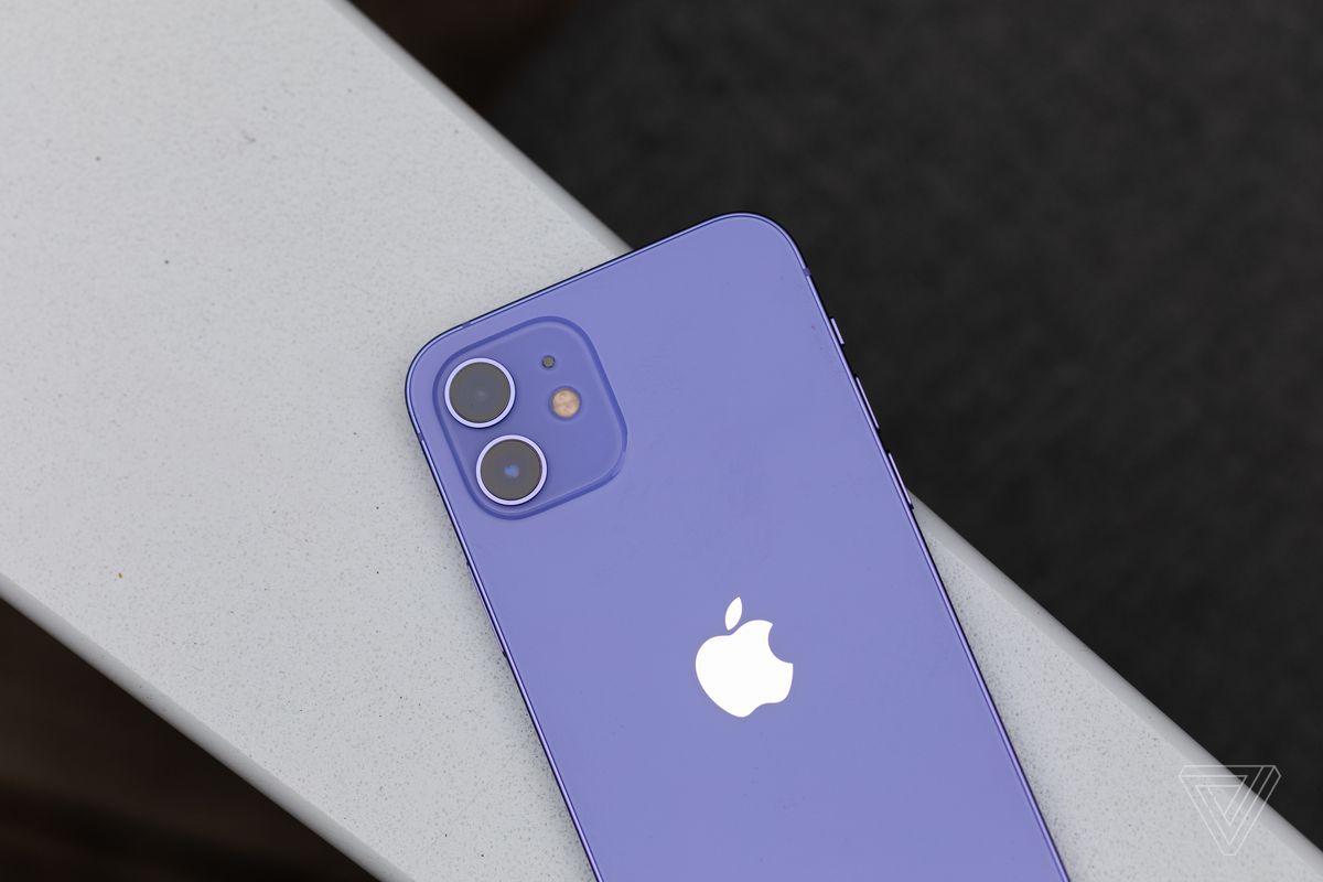 Un iPhone 12 violet
