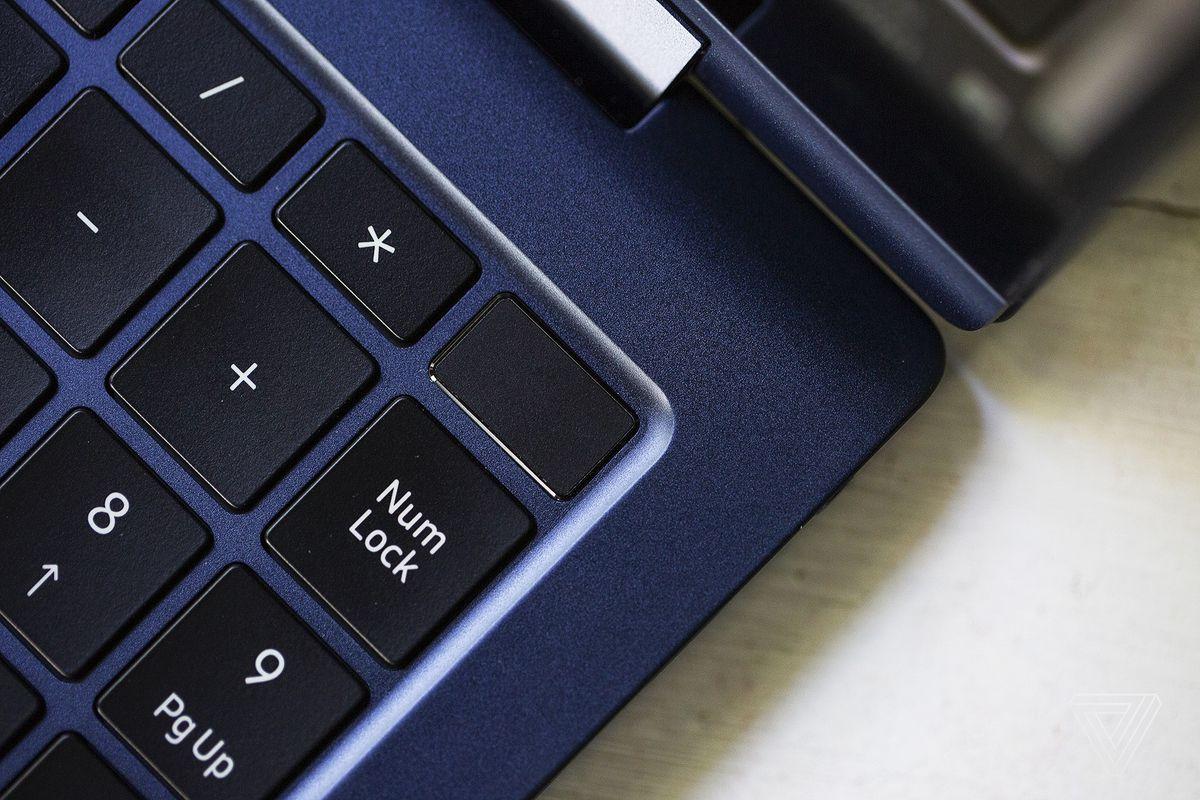 Butonul de pornire din colțul din dreapta sus al Samsung Galaxy Book Pro 360.