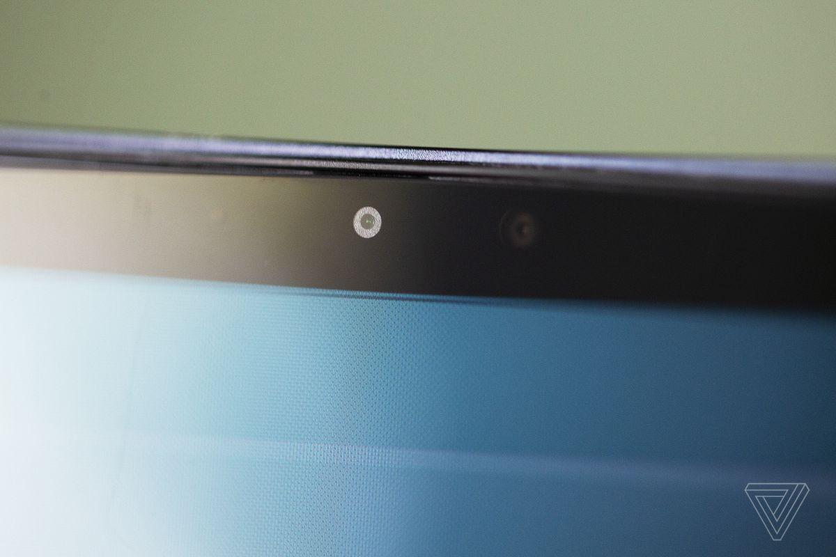 Camera web Samsung Galaxy Book Pro 360 văzută de aproape.