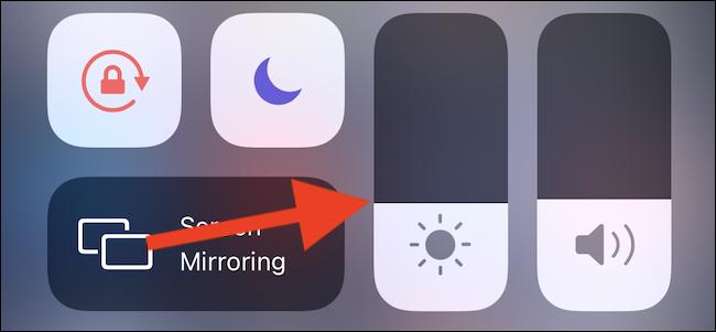 Reglați luminozitatea iPhone în Centrul de control.