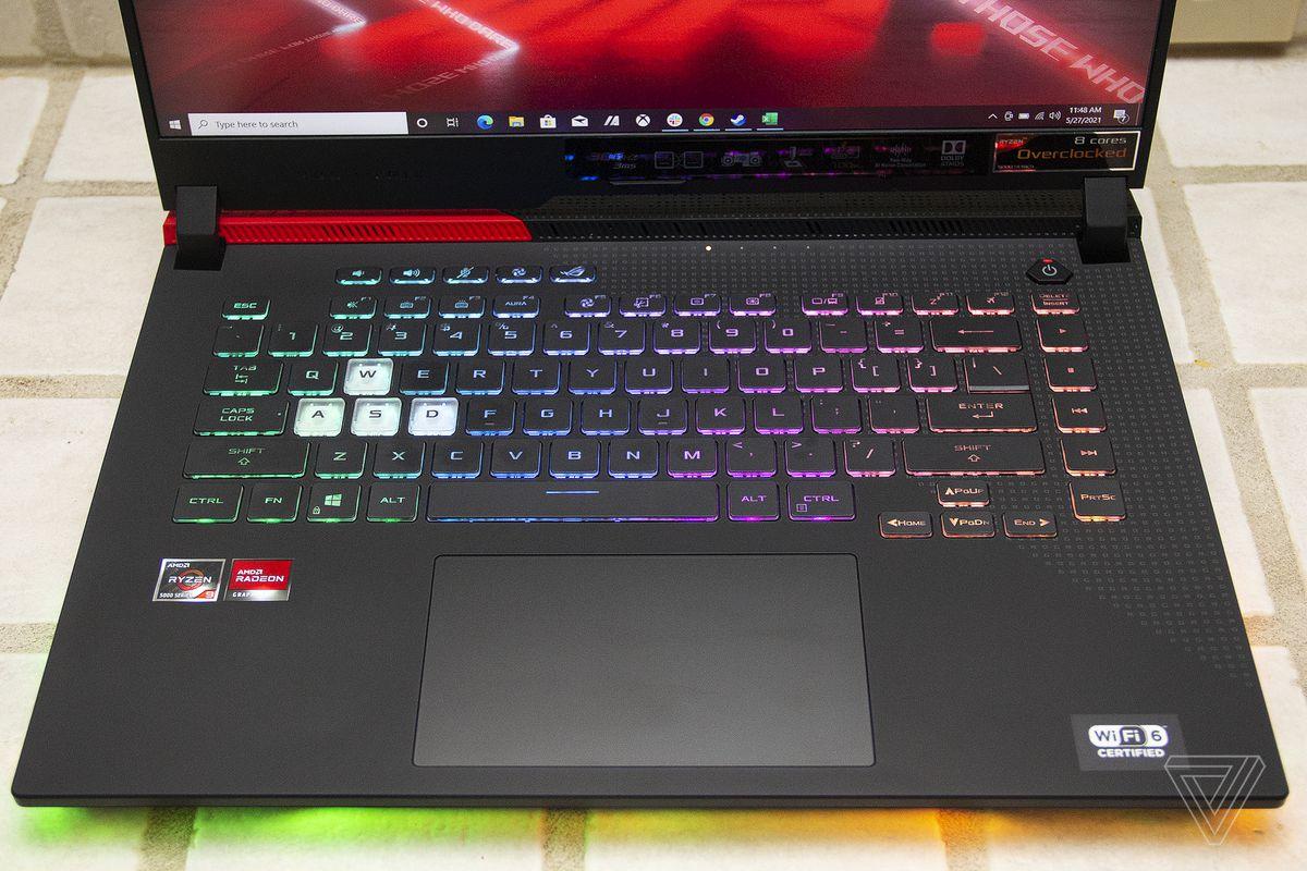 Tastatura Asus ROG Strix G15 Advantage Edition văzută de sus.
