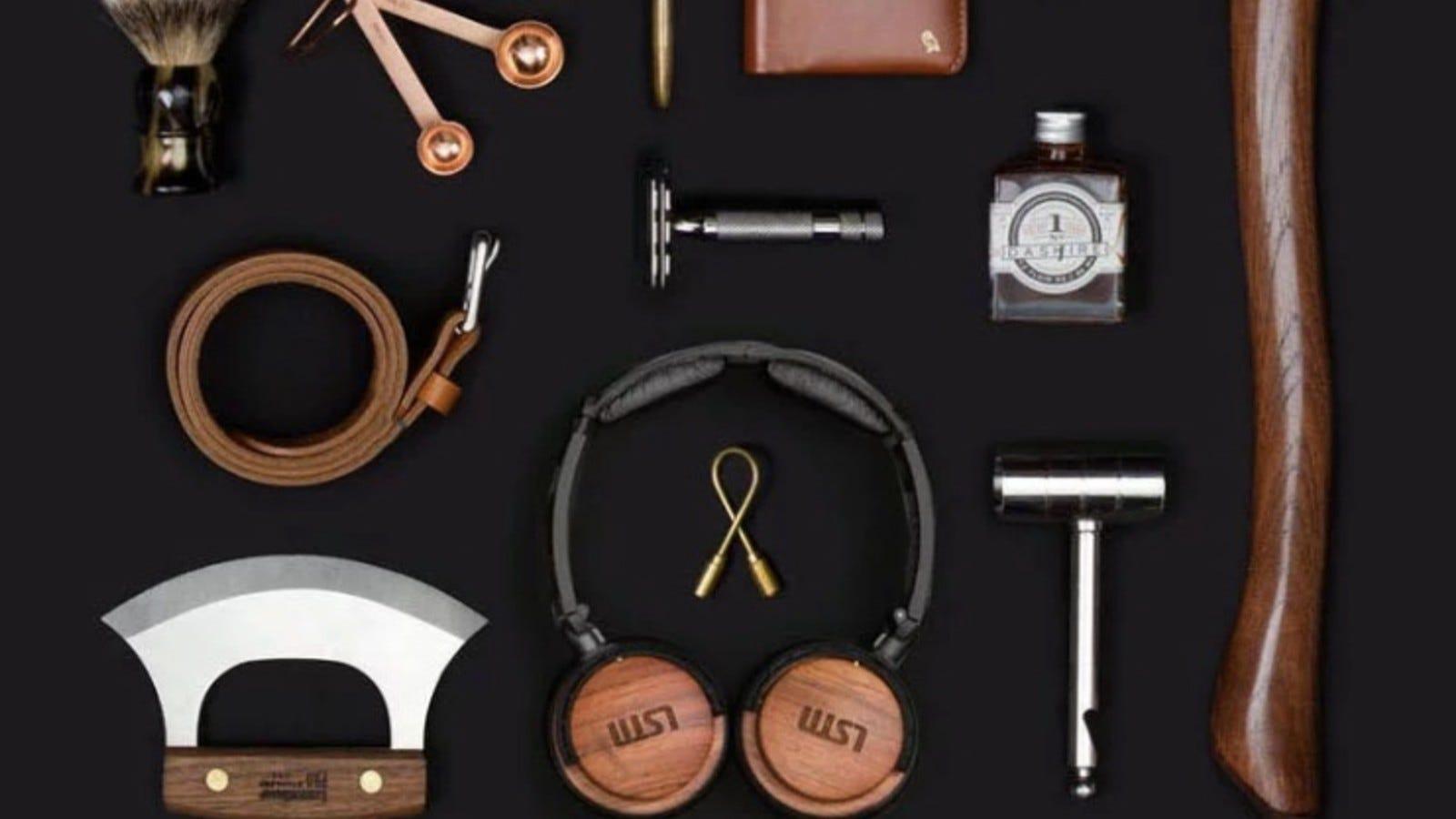 accesorii precum căști, cravată și ciocan în Bespoke Post