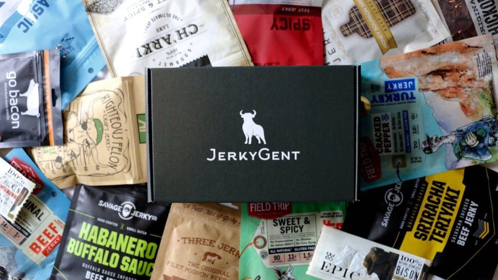O cutie JerkyGent deasupra unei grămezi de diferite pachete sacadate de carne de vită.