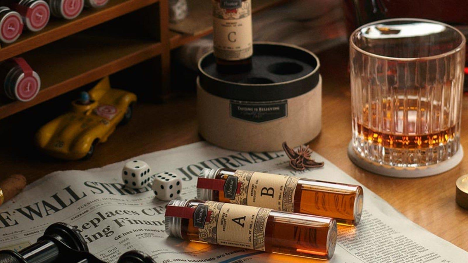 probe de cocktailuri și băuturi spirtoase în cutia Flaviar