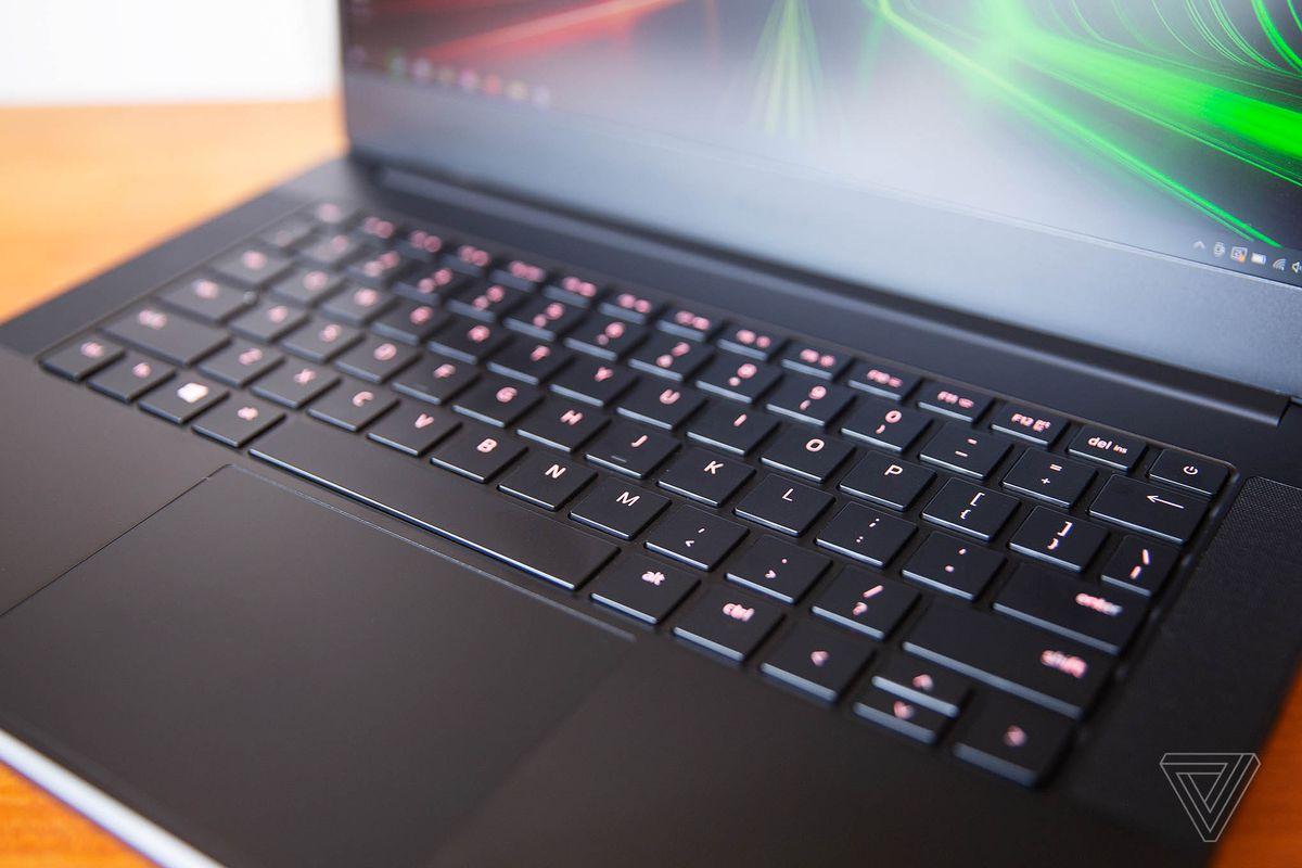 Tastatura Razer Blade 14 văzută de sus și spre dreapta.  Tastele sunt aprinse într-un roz închis.