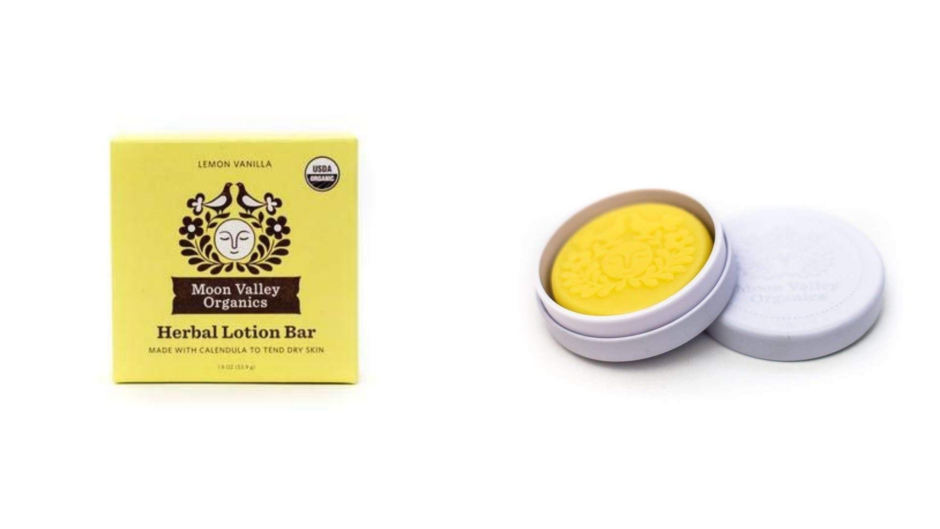 O cutie galbenă și un recipient rotund cu o loțiune solidă pentru mâini în interior