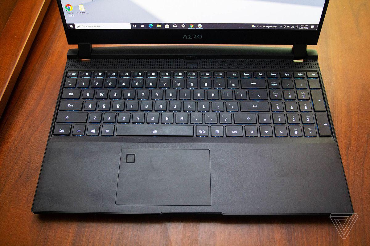 Tastatura Gigabyte Aero 15 OLED văzută de sus, luminată în albastru deschis.