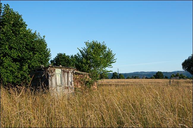 O baracă abandonată într-un câmp acoperit