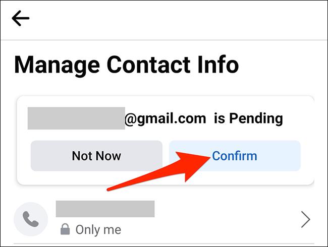 """Selectați """"A confirma"""" pe """"Gestionați informațiile de contact"""" ecran în Facebook."""
