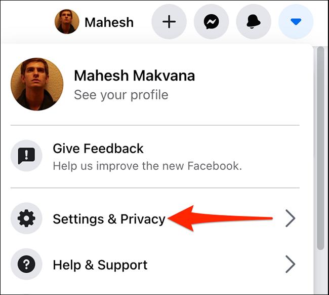 """Selectați """"Setări și confidențialitate"""" dintr-un meniu de pe Facebook."""