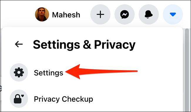 """Selectați """"Setări"""" de la """"Setări și confidențialitate"""" meniu pe Facebook."""