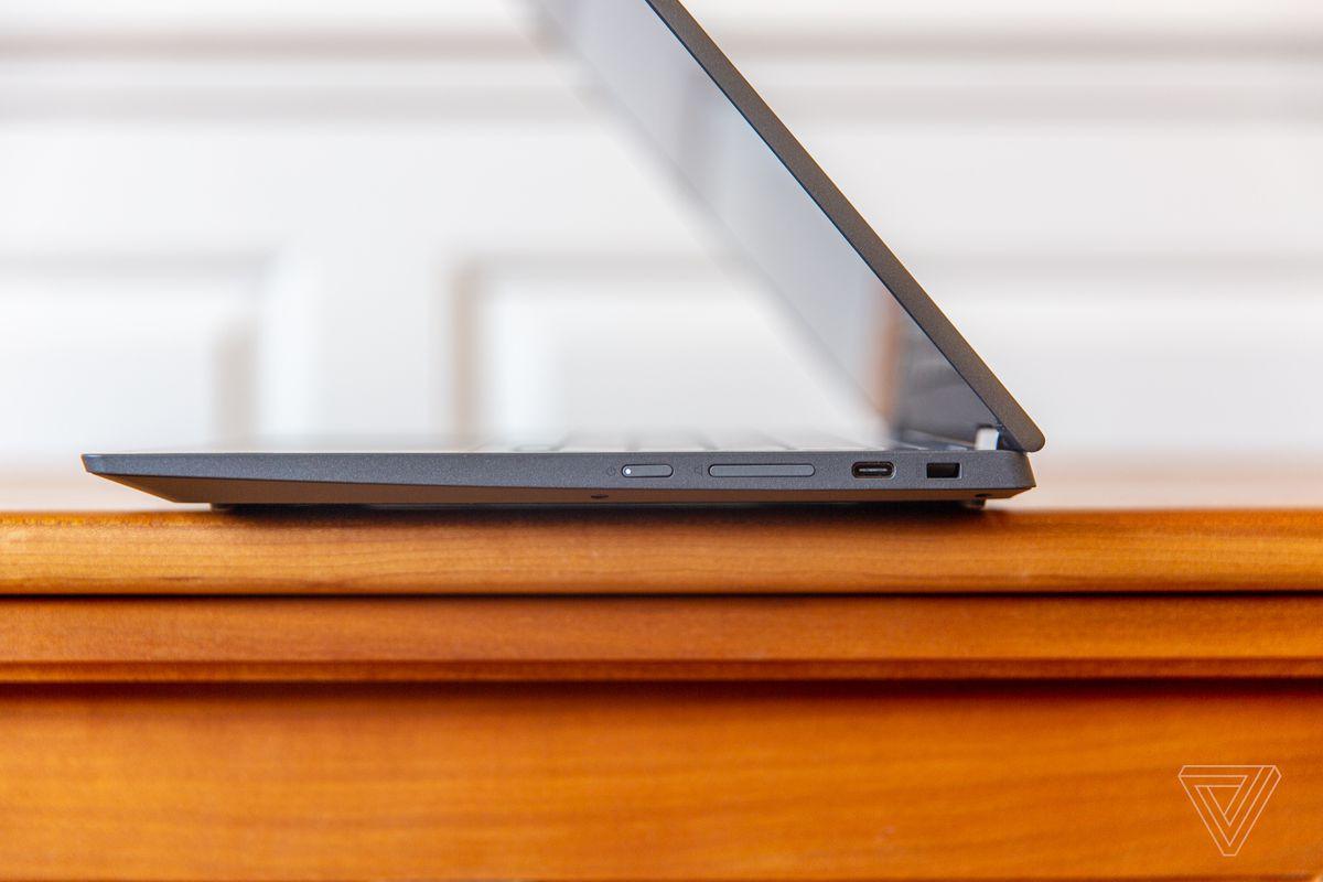 Chromebookul Lenovo Flex 5 pe jumătate deschis, văzut din partea dreaptă.