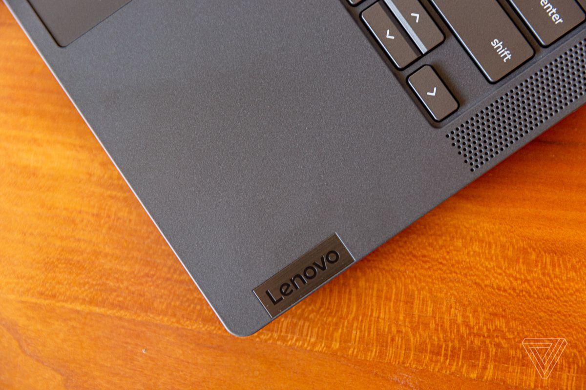 Colțul din dreapta jos al Chromebookului Lenovo Flex 5, înclinat spre stânga.