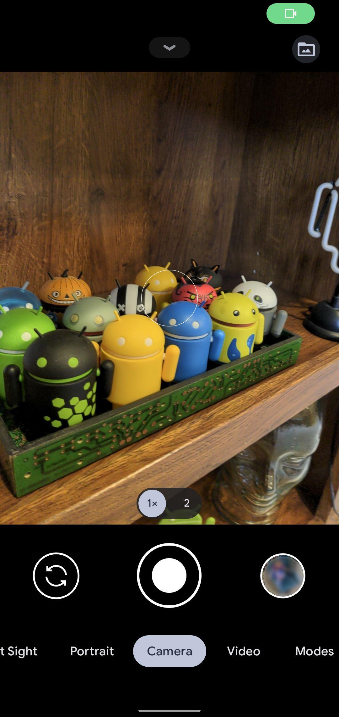 Indicatorii de acces pentru Android 12 încep ca pictograme, dar apoi se schimbă în mici puncte verzi.