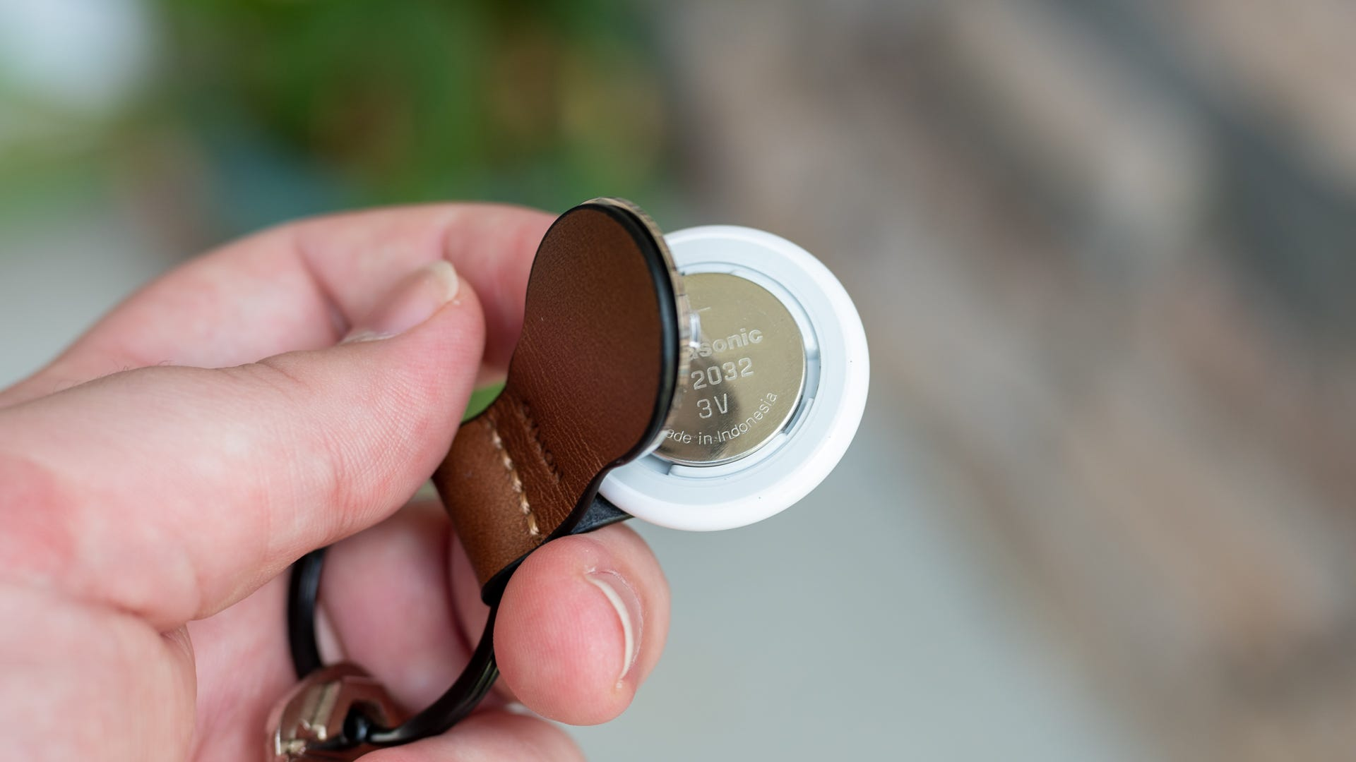 Nomad AirTag Leather Loop înlocuind bateria