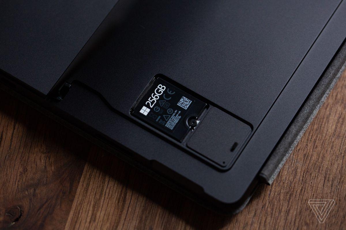 SSD-ul detașabil cu capacul îndepărtat în partea de jos a Surface Pro 8.