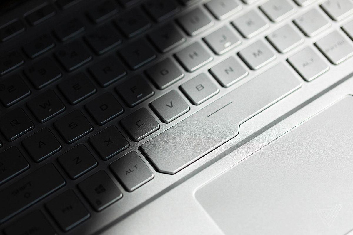 Tastatura ROG Zephyrus G14 văzută din lateral.