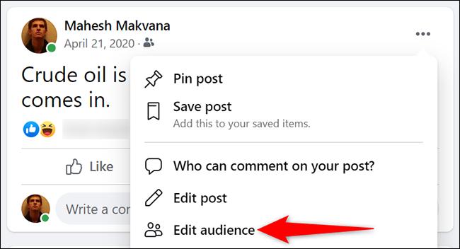 """Selectați """"Editați publicul"""" din meniul cu trei puncte pentru o postare pe Facebook."""