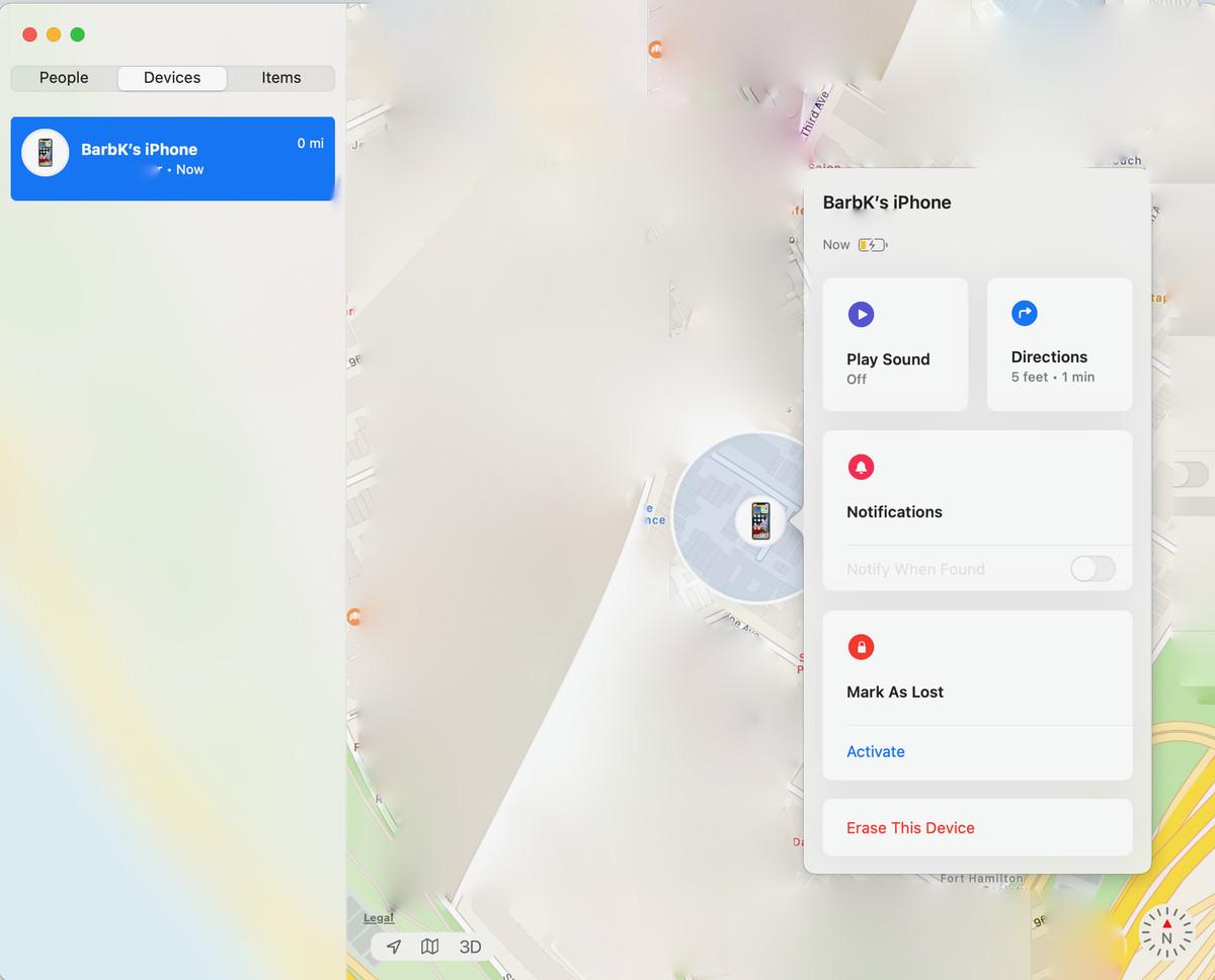 Aplicația Găsește-mi vă permite să vă localizați telefonul, să trimiteți o notificare sau să îl ștergeți.  (Notă: harta a fost estompată din motive de confidențialitate.)